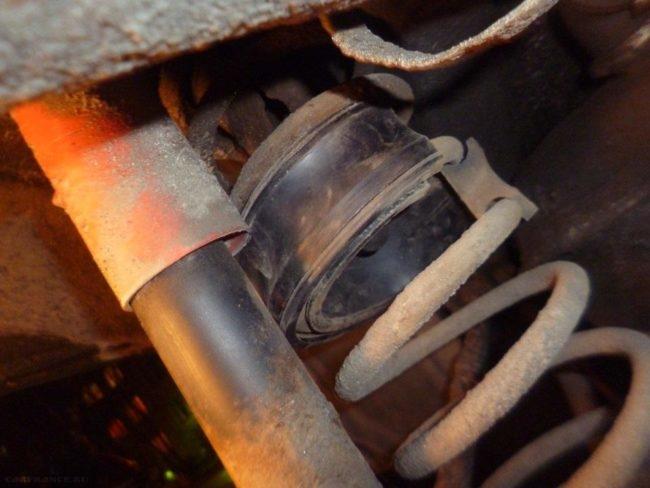 На пружине стойки Шевроле Круз установлена металлическая вставка для увеличения клиренса