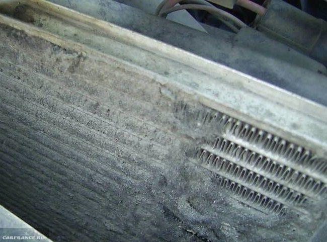 Загрязненный радиатор системы охлаждения двигателя в ВАЗ-2110