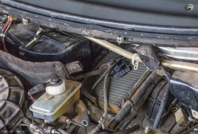 Проверка радиатора отопителя ВАЗ-2110 под капотом