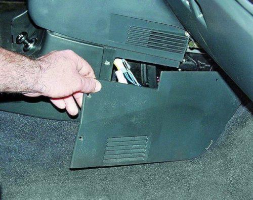 Расположение реле электродвигателя вентилятора охлаждения в салоне ВАЗ 2110
