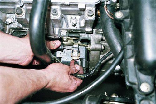 Снятие клеммной колодки с модуля зажигания в ВАЗ-2110