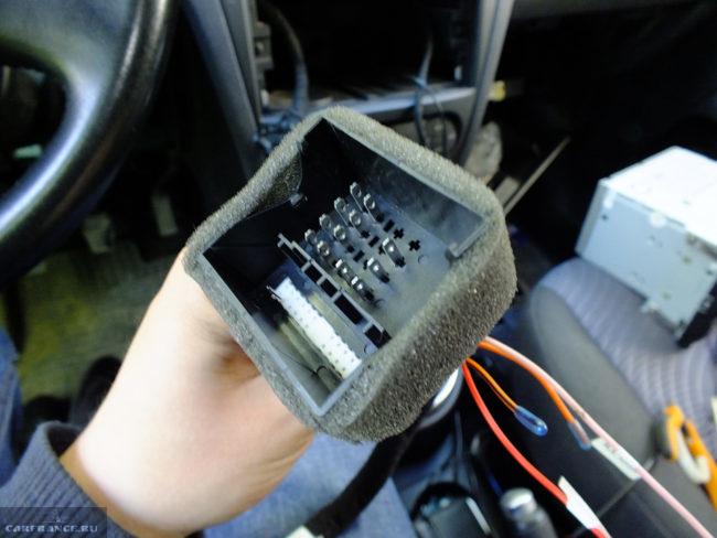 Фото разъёма косы магнитолы на Форд Фьюжен