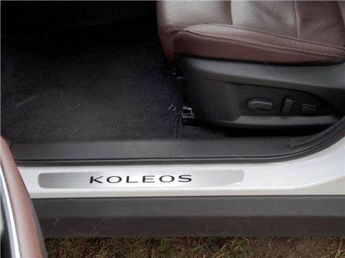 Рычаги регулировки положения водительского сидения в кроссовере Рено Колеос 2018 года