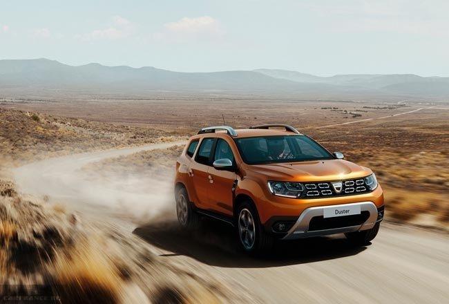 Фото новой модификации автомобиля Рено Дастер 2018 года на пустынной дороге