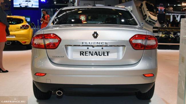 Новые обводы и ребра задней части французского автомобиля Рено Флюенс 2018 модельного года