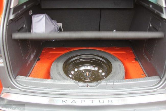 Запасное колесо в багажнике Рено Каптур 2018 года полноприводной версии