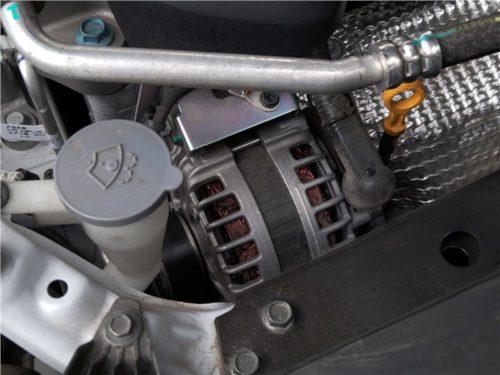 Генератор бензинового двигателя автомобиля Рено Колеос 2018 года