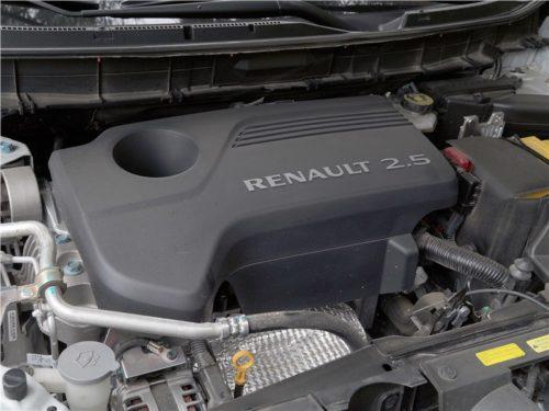 Бензиновый двигатель объемом 2,5 литра под капотом кроссовера Рено Колеос 2018 модельного года