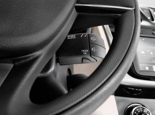 Блок управления аудиосистемой под рулевым колесом автомобиля Рено Логан 2018 года