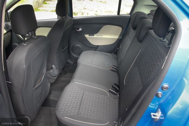 Задний ряд сидений внутри автомобиля Рено Логан 2018 модельного года