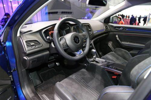 Передние сиденья и рулевое колесо в Рено Меган 2018 модельного года