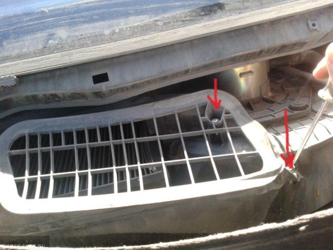 Защитная решетка салонного фильтра и винты крепления под лобовым стеклом автомобиля ВАЗ-2110