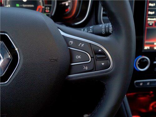 Кнопки управления мобильным телефоном на рулевом колесе Рено Колеос 2018 года