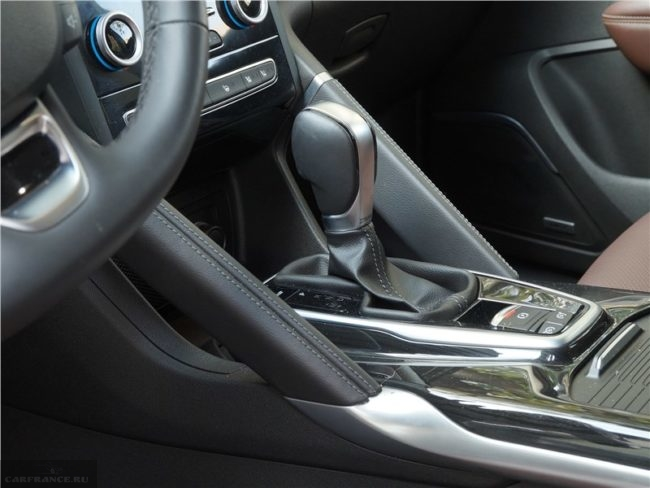 Селектор выбора передач автомобиля Рено Колеос 2018 года выпуска