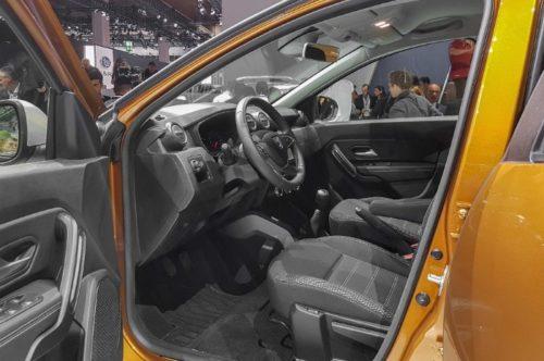 Вид на водительское сиденье через открытую переднюю дверь автомобиля Рено Дастер 2018 года