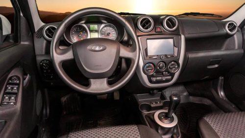 Рулевое колесо и центральная консоль в автомобиле Лада Гранта 2018 года