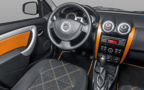 Рулевое колесо в салоне автомобилс Лада Ларгус 2018 года выпуска