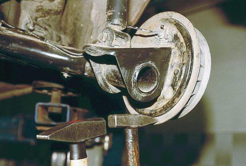 Молотком сбивается тормозной барабан ВАЗ-2110