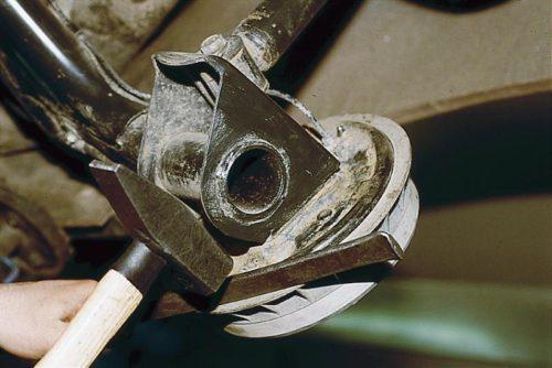 Демонтаж тормозного барабана ВАЗ-2110 с помощью молотка и монтажной лопатки