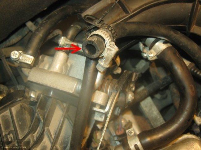 Шланг подогрева дроссельного узла инжекторного двигателя в ВАЗ-2110