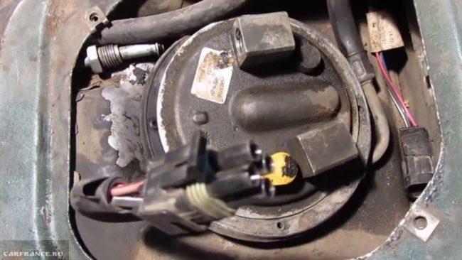 Снятая крышка под сидением с доступом к бензонасосу на ВАЗ-2110