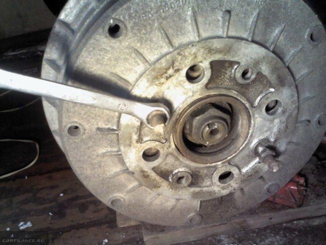 Выкручивание шпильки из тормозного барабана заднего колеса автомобиля ВАЗ-2110