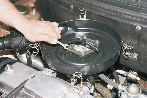 Гайки крепления воздушного фильтра карбюраторного двигателя в ВАЗ-2110