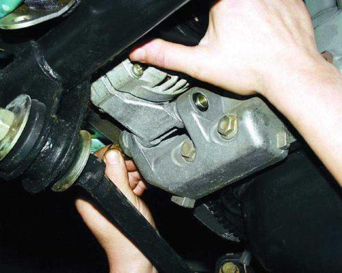 Снятие генератора с двигателя автомобиля ВАЗ-2110