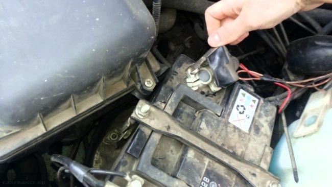 Демонтаж клеммы АКБ на ВАЗ-2110 минуса