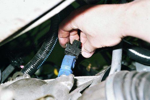 Соединительная колодка датчика скорости в автомобиле ВАЗ-2110