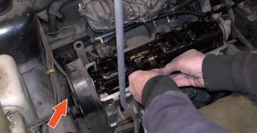 Крепление защитной крышки ремня ГРМ в двигателе автомобиля ВАЗ-2110