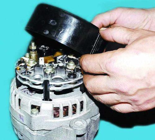 Снятие пластикового кожуха с генератора ВАЗ-2110