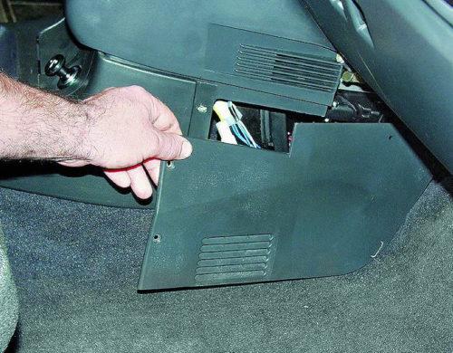 Снятие боковой облицовки консоли центрального тоннеля в ВАЗ-2110