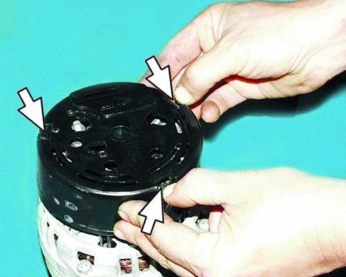 Пластиковые фиксаторы на защитной крышке генератора ВАЗ-2110