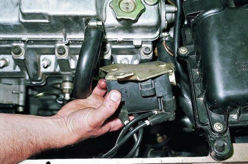 Модуль зажигания двигателя ВАЗ-2110, снятый с блока цилиндров