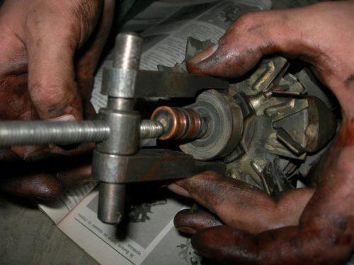 Выпрессовка двухлапым съемником заднего подшипника генератора ВАЗ-2110