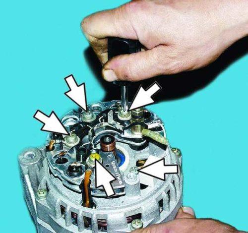 Винты крепления выпрямительного блока и конденсатора к корпусу генератора от ВАЗ-2110