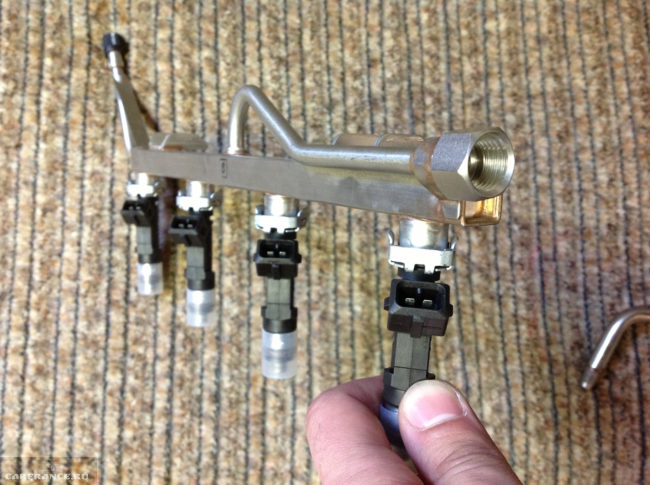 Топливная рампа с форсунками ВАЗ-2110 демонтированна вид вблизи