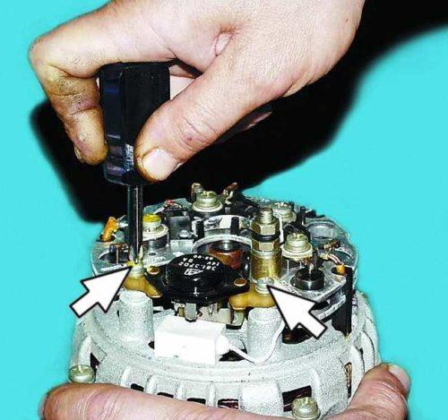 Винты крепления регулятора напряжения на генераторе ВАЗ-2110