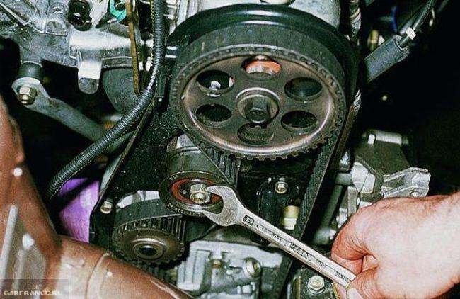 Снятие ролика натяжения ремня ГРМ в 8-клапанном двигателе ВАЗ-2110