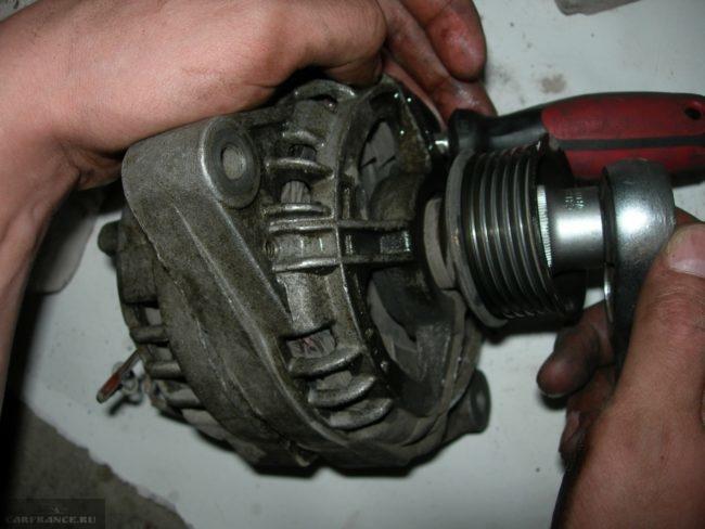 Демонтаж шкива генератора автомобиля ВАЗ-2110 с помощью отвертки и торцевой головки