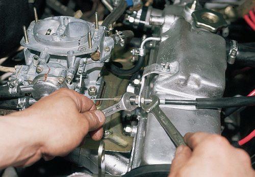 Гайки крепления и регулировки троса привода дроссельной заслонки в ВАЗ-2110