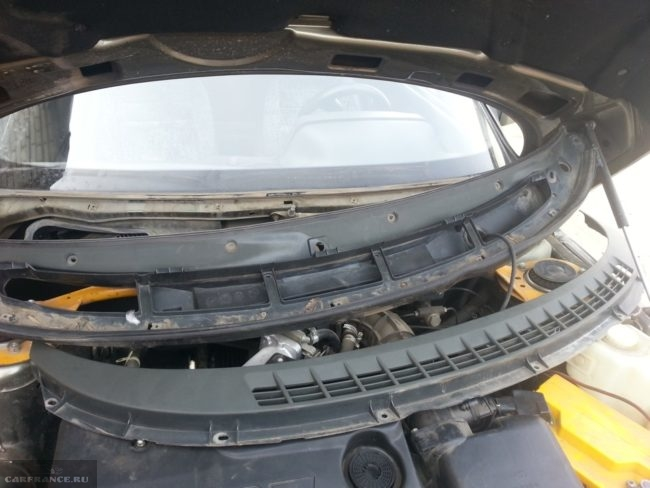 Снятие декоративной облицовки лобового стекла на автомобиле ВАЗ-2110