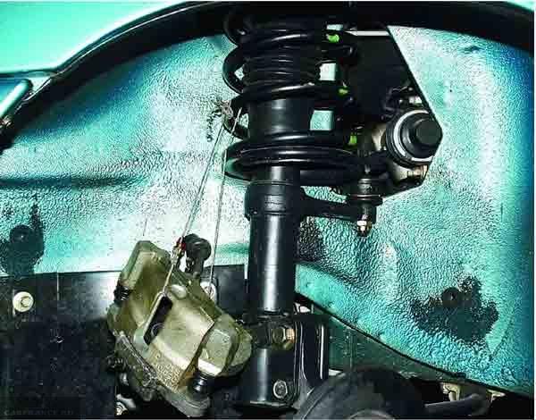 Снятая направляющая тормозных колодок и тросик удерживающий её на ВАЗ-2110