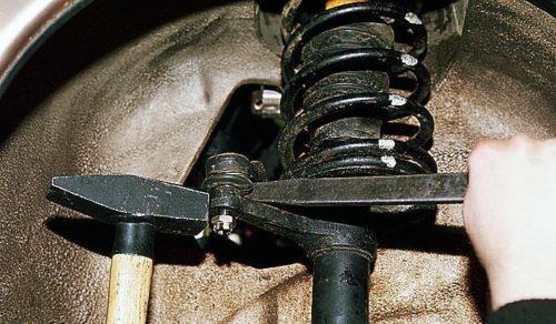 Снятие рулевого наконечника с помощью монтажной лопатки в ВАЗ-2110