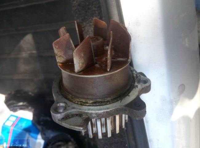 Старая помпа системы охлаждения двигателя в ВАЗ-2110