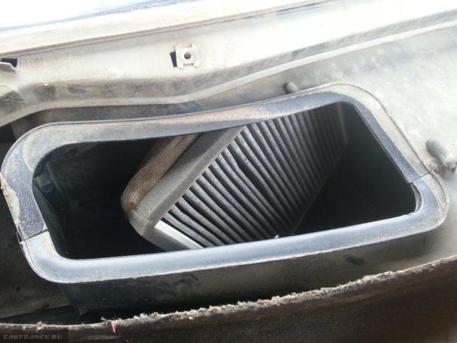 Грязный фильтр очистки салонного воздуха в кожухе старого образца, устанавливаемого в автомобили ВАЗ-2110 до 2003 года