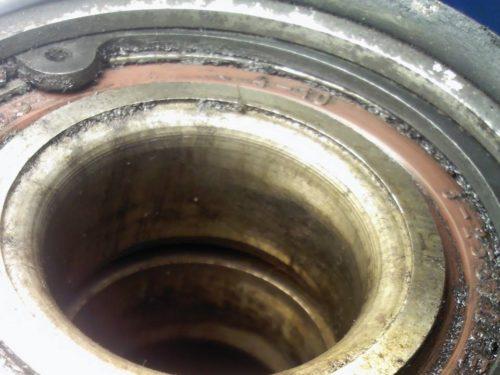 Стопорное кольцо подшипника в ступице заднего колеса ВАЗ-2110 крупным планом