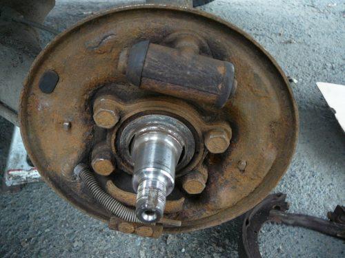 Цапфа ступицы заднего колеса ВАЗ-2110 вблизи