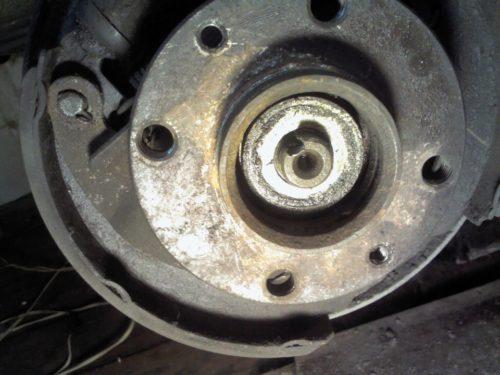 Ступица заднего колеса на автомобиле ВАЗ-2110 вблизи, гайка вывернута